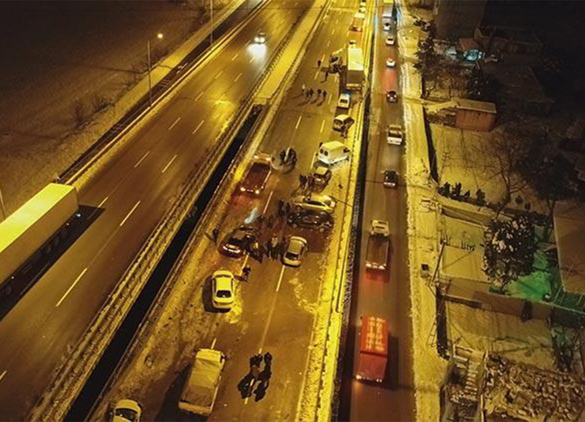 Samsun'da buzlanma sonucu 15 araç birbirine girdi
