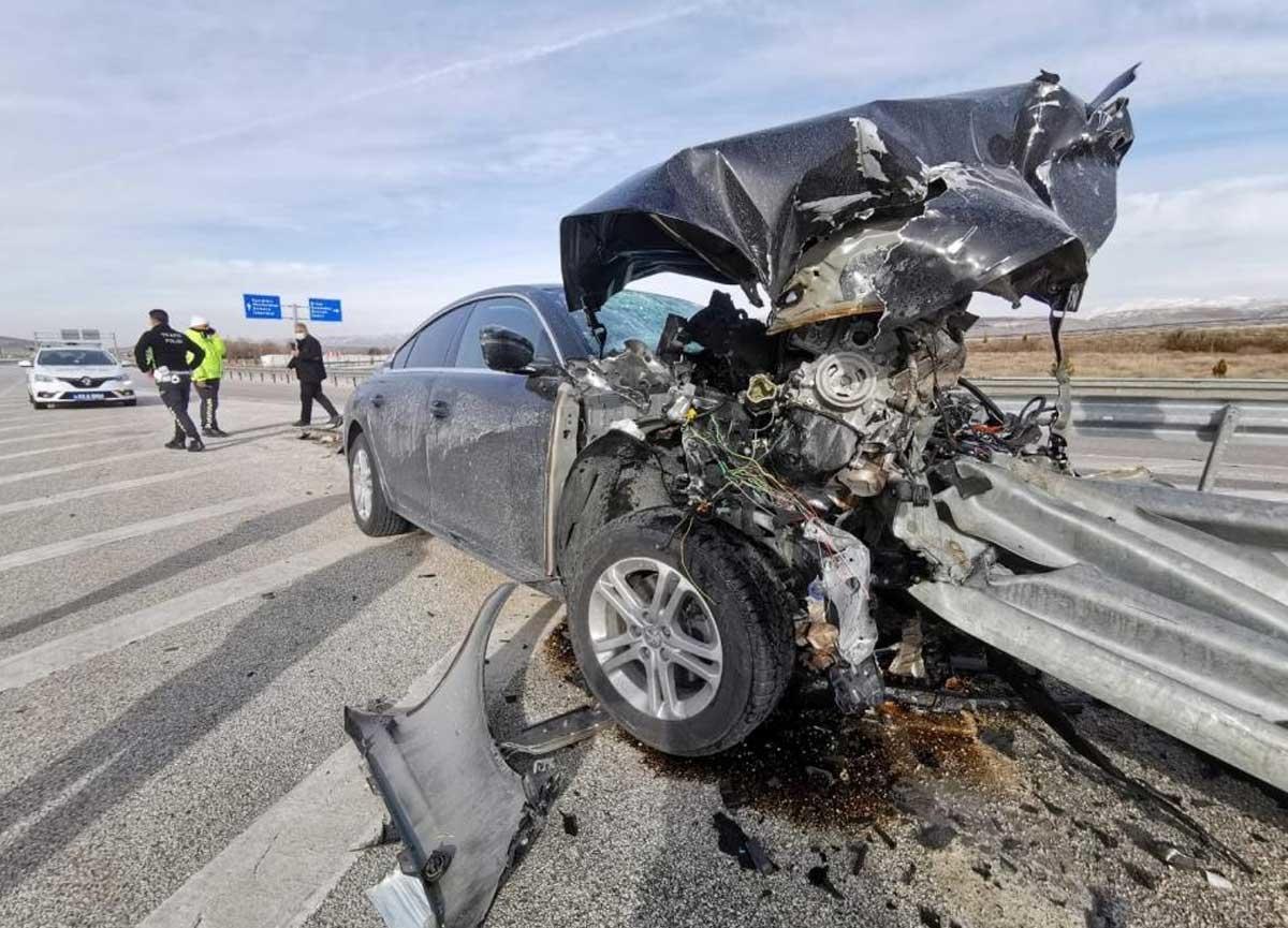 Otomobilin bariyerlere girdiği kazada 2 kişi yaralandı