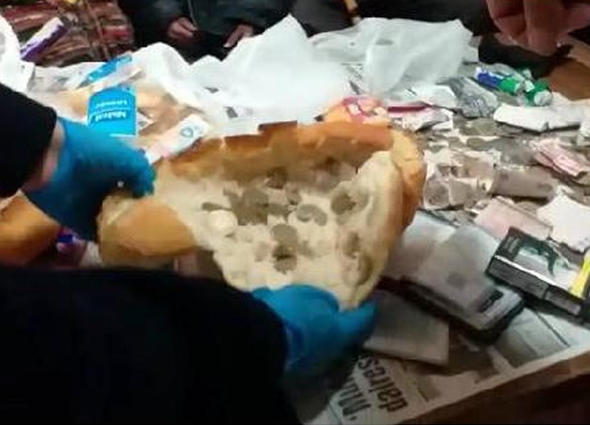 Dilenciler paraları ekmeğin arasına saklamış