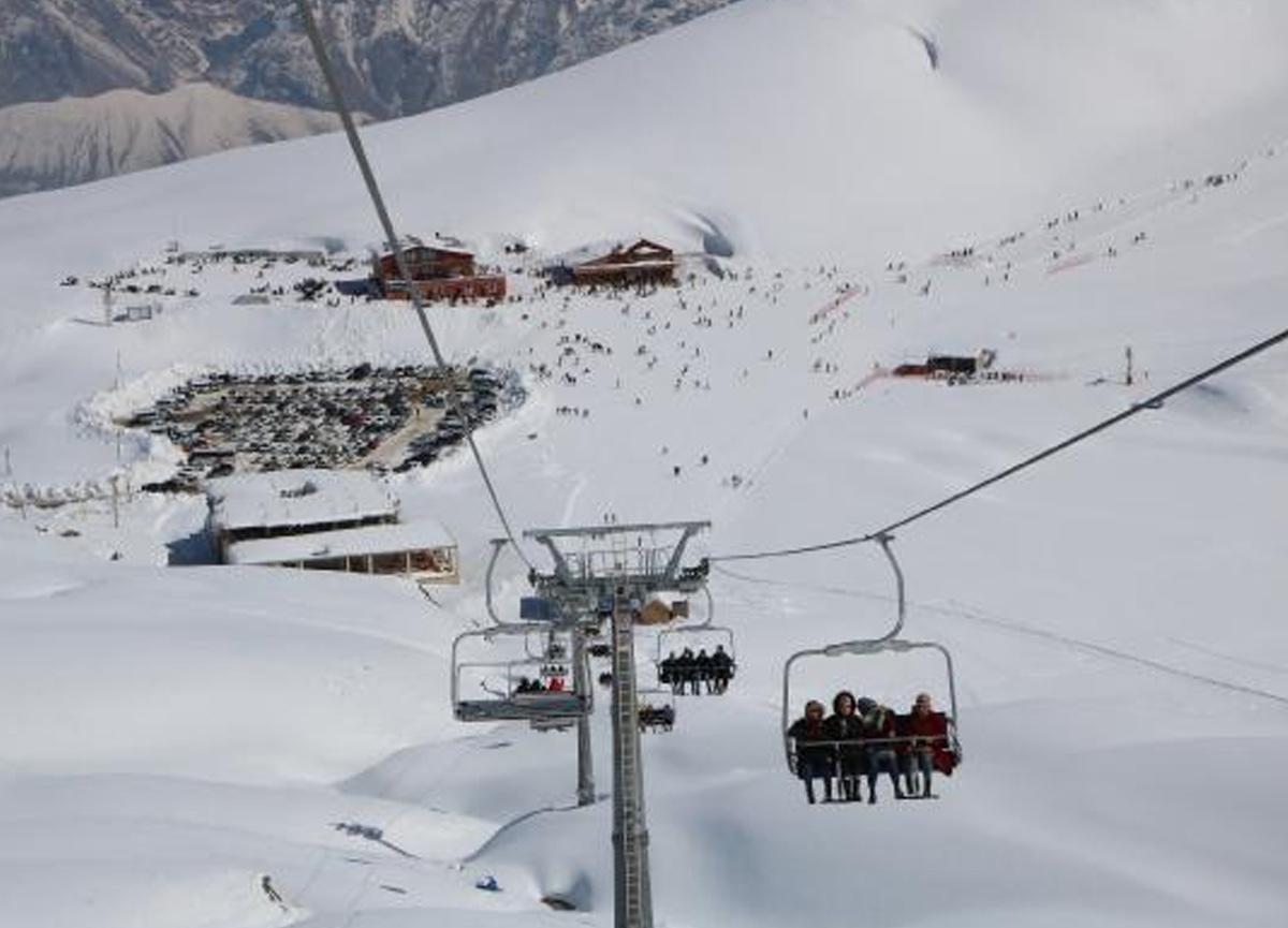 Koronavirüs tablosunun gözbebeği Hakkari'de kayak keyfi