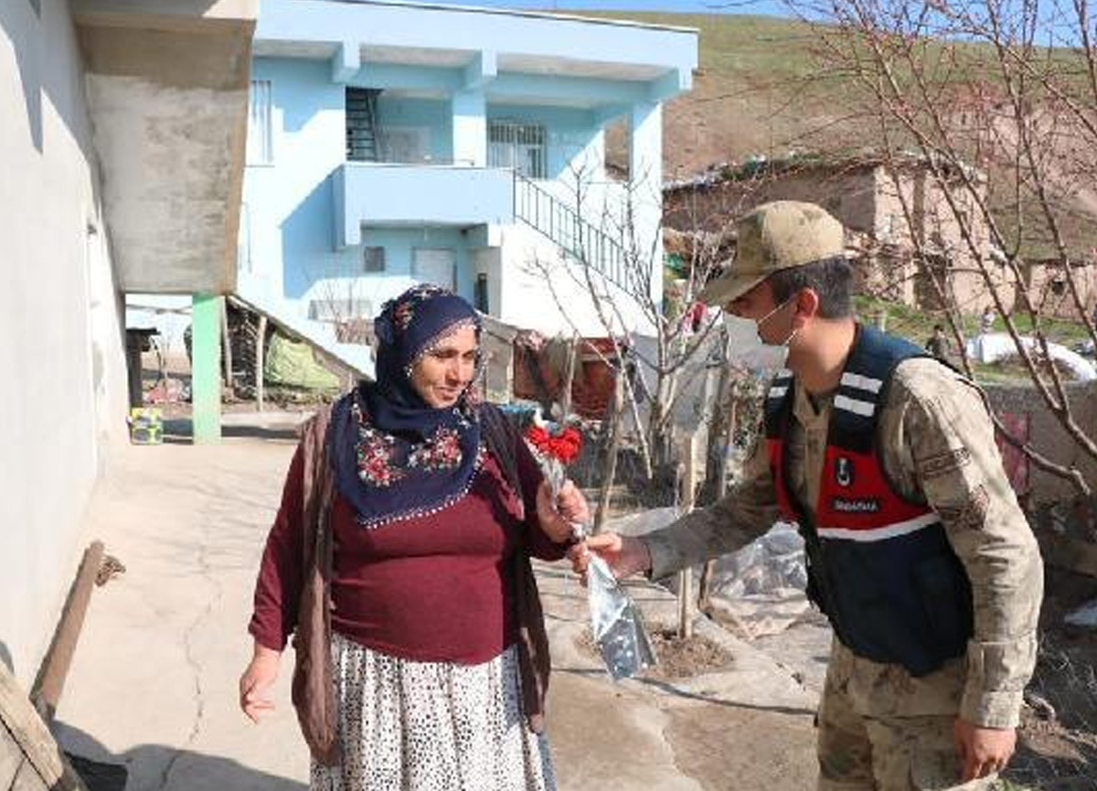 Diyarbakır'da köyleri dolaşan jandarma kadınlara karanfil verdi