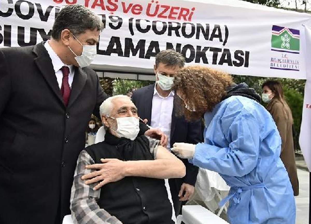 İstanbul'da cami avlusunda Covid aşısı yapılıyor