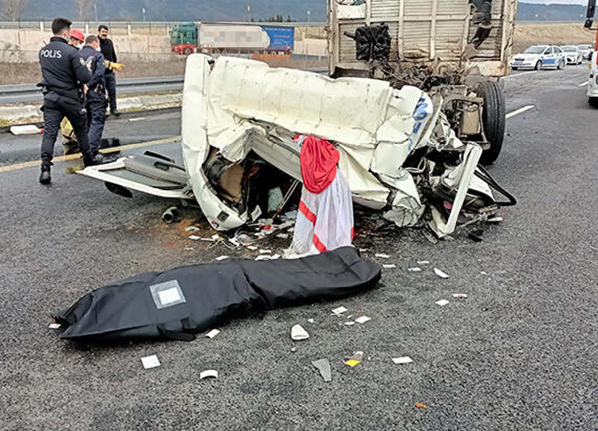 Çatalca'da feci kaza! TIR'a çarpan kamyonun sürücüsü öldü