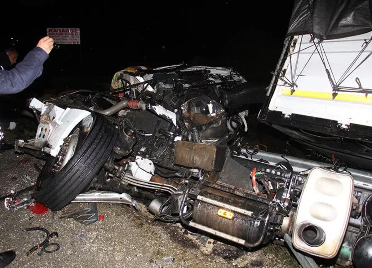 Mersin'de feci kaza! TIR şarampole devrildi, kupası ikiye bölündü...