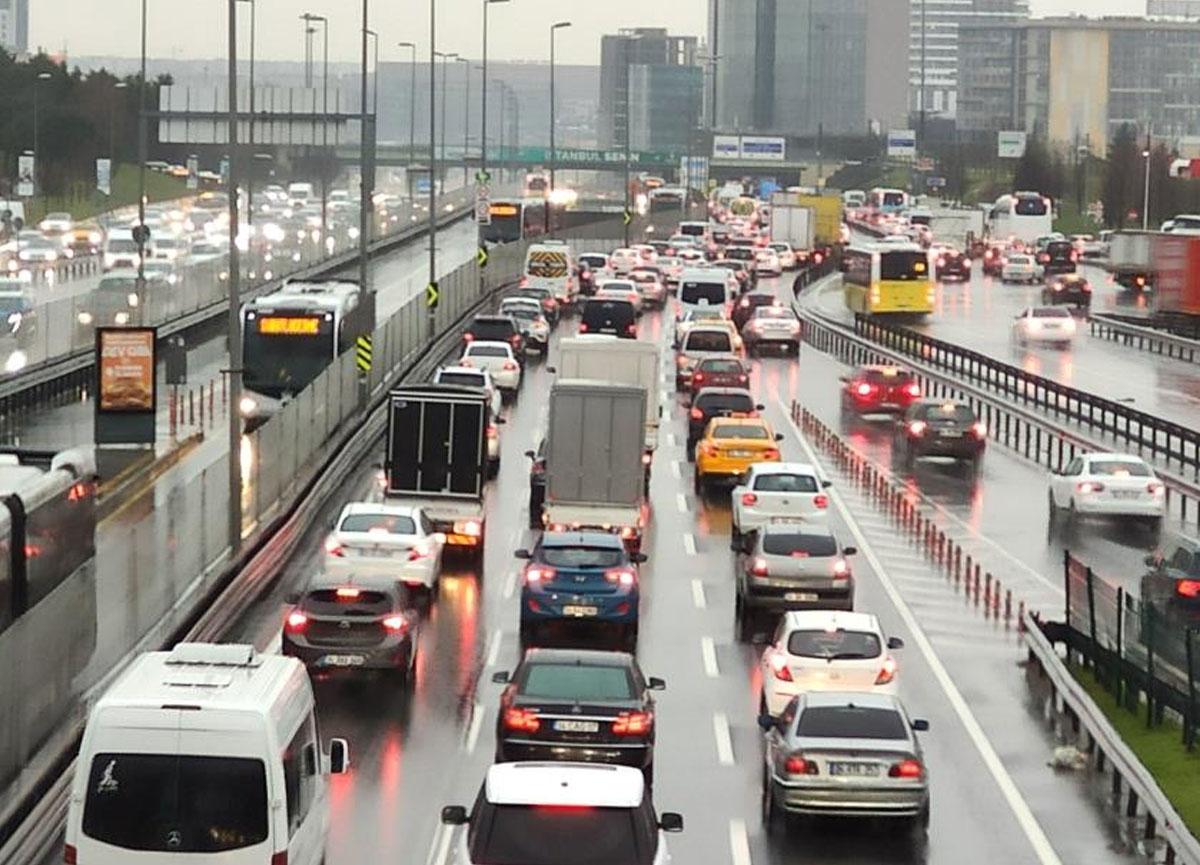 Yağmur yağdı! İstanbul'da trafik felç oldu