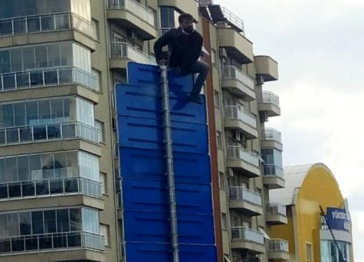 Aydın'da bir garip olay! Trafik levhasına çıkıp intihara kalkıştı
