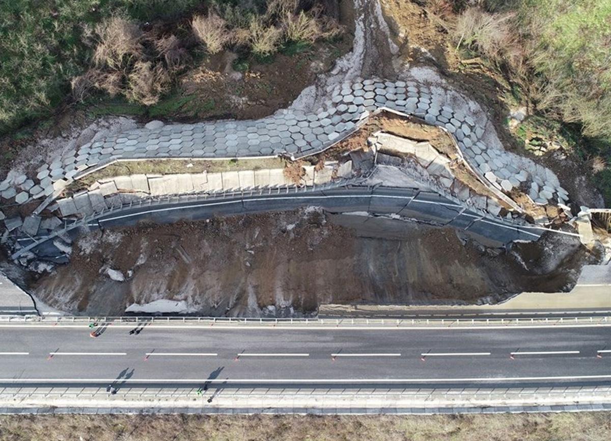 Düzce ile Zonguldak arasında ulaşımı sağlayan D-655 Karayolu'nun 85 metrelik bölümü çöktü