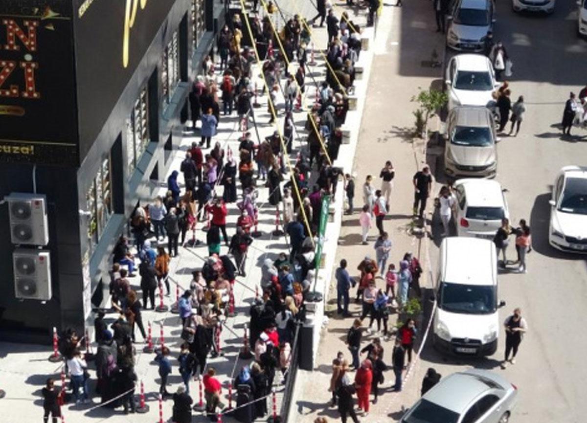 Adana'da indirimi duyan vatandaşlar koronavirüsü unuttu! Kuyrukta bekledi
