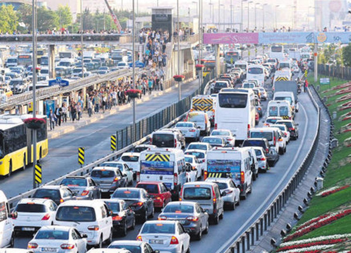 İstanbul'da kısıtlama öncesi trafik erken başladı: Yoğunluk neredeyse yüzde 70'e çıktı...