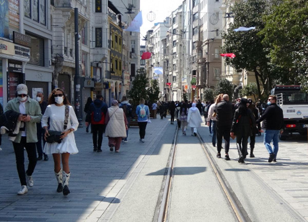 İstiklal Caddesi'ndeki kalabalık kısıtlama sonrası da değişmedi
