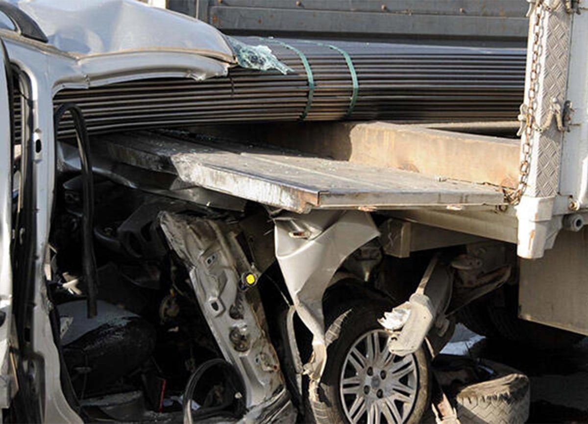 Kayseri'de korkunç kaza! Demirler araca saplandı