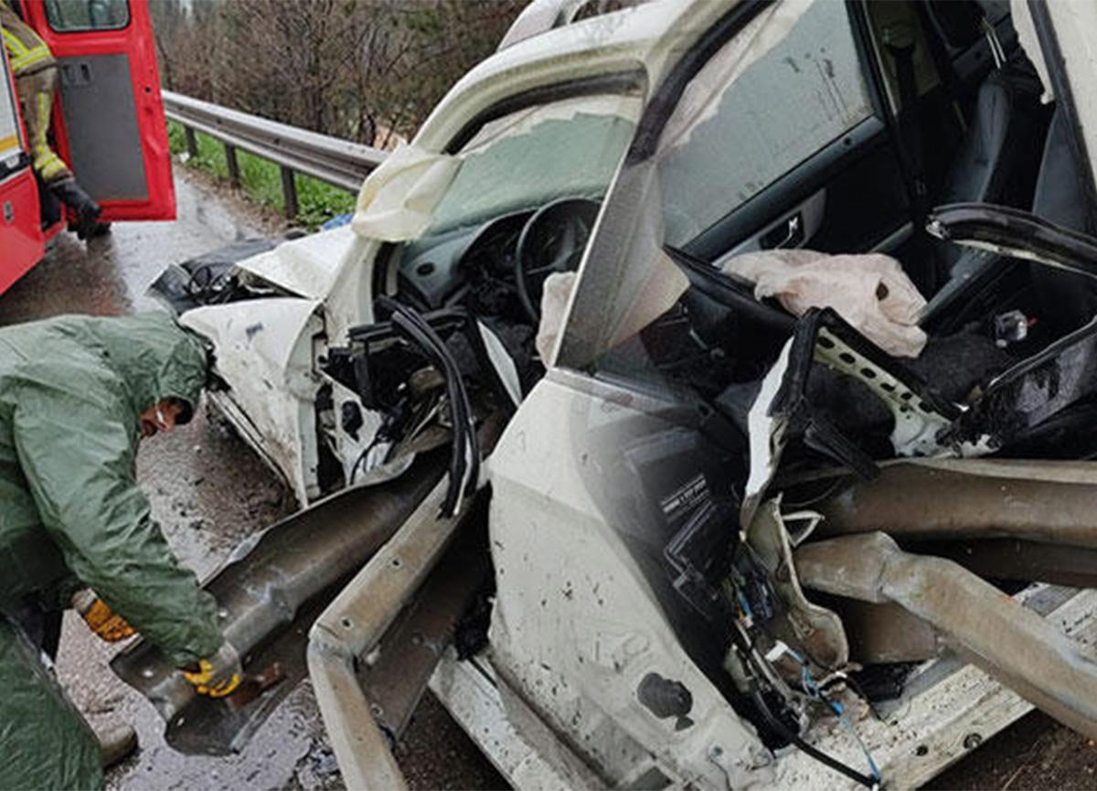 Bursa'da feci kaza! Bacaklarına bariyer saplandı