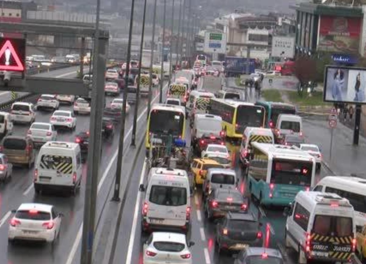 Yağmur yağdı, İstanbul trafiği çileye döndü