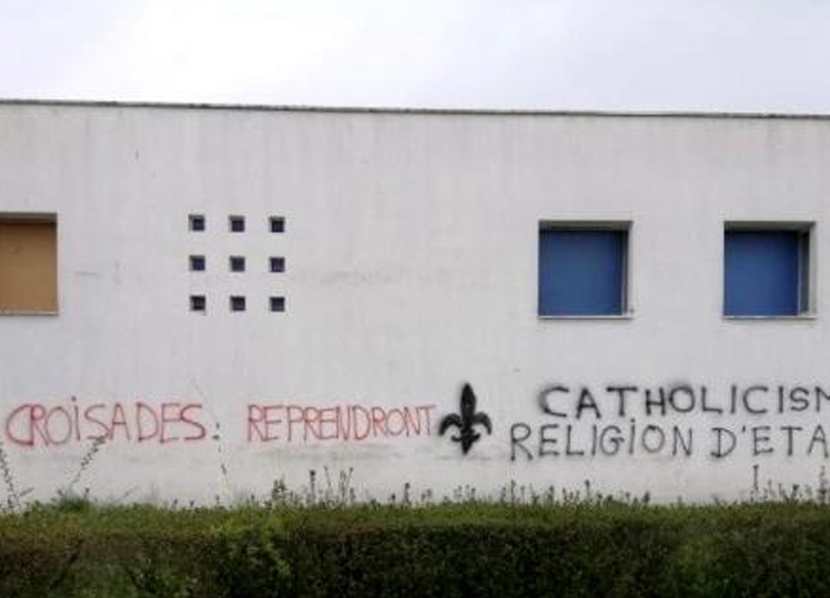 Fransa'da camiye çirkin saldırı! Duvarlarına yazılar yazdılar