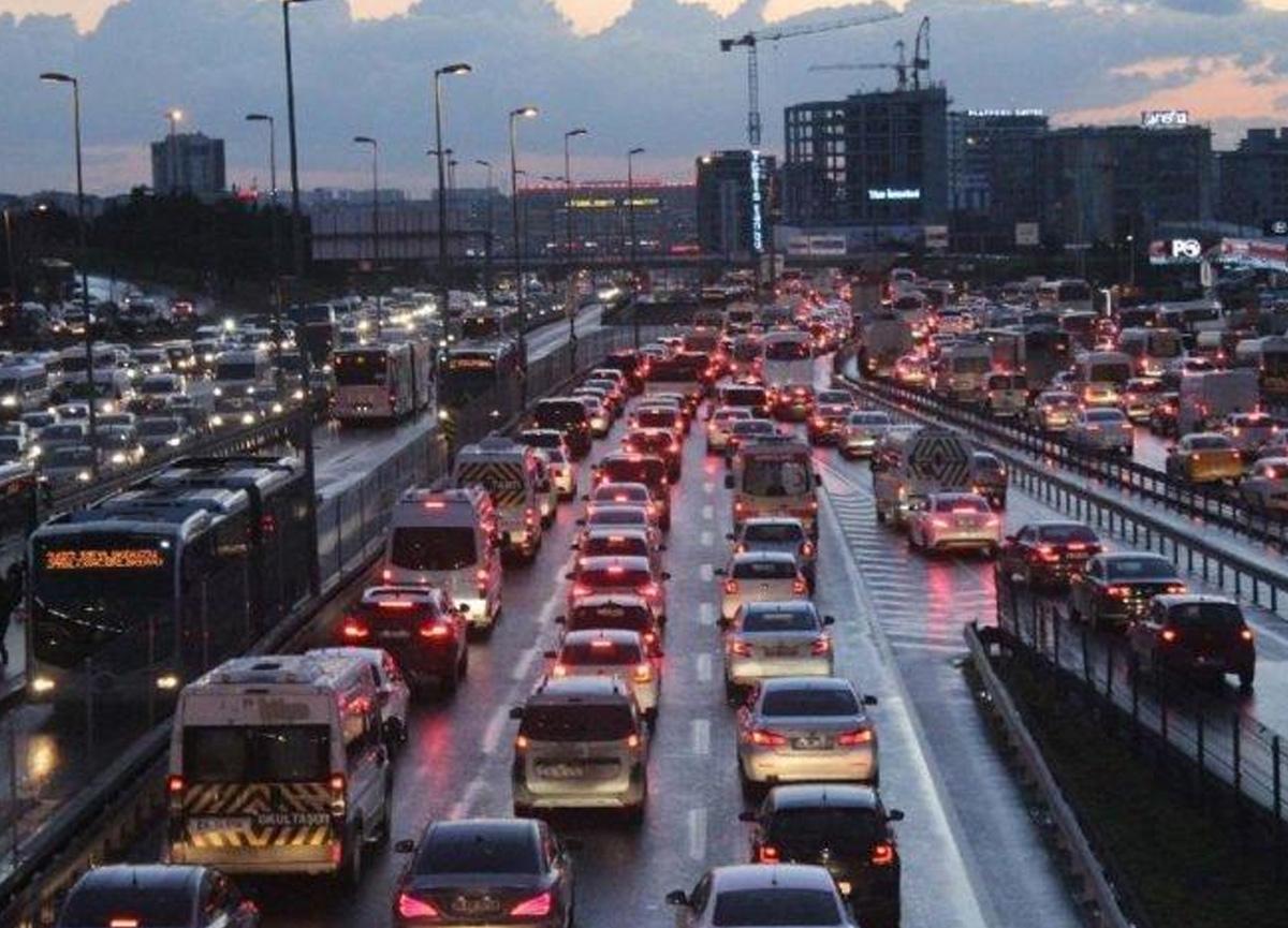 İstanbul'da haftanın ilk gününde mesai bitimi trafik yoğunluğu yüzde 72 oldu