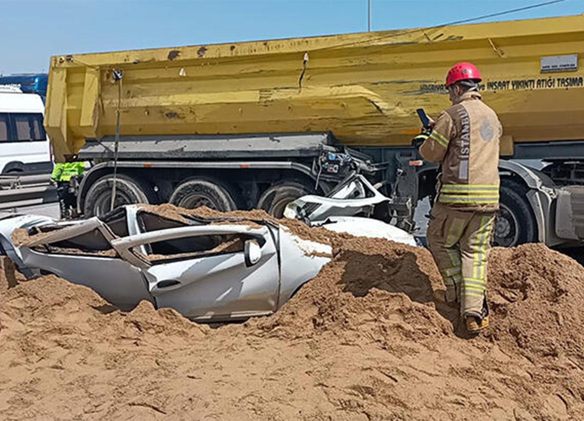 TEM'de feci kaza! Hafriyat kamyonu otomobilin üzerine devrildi