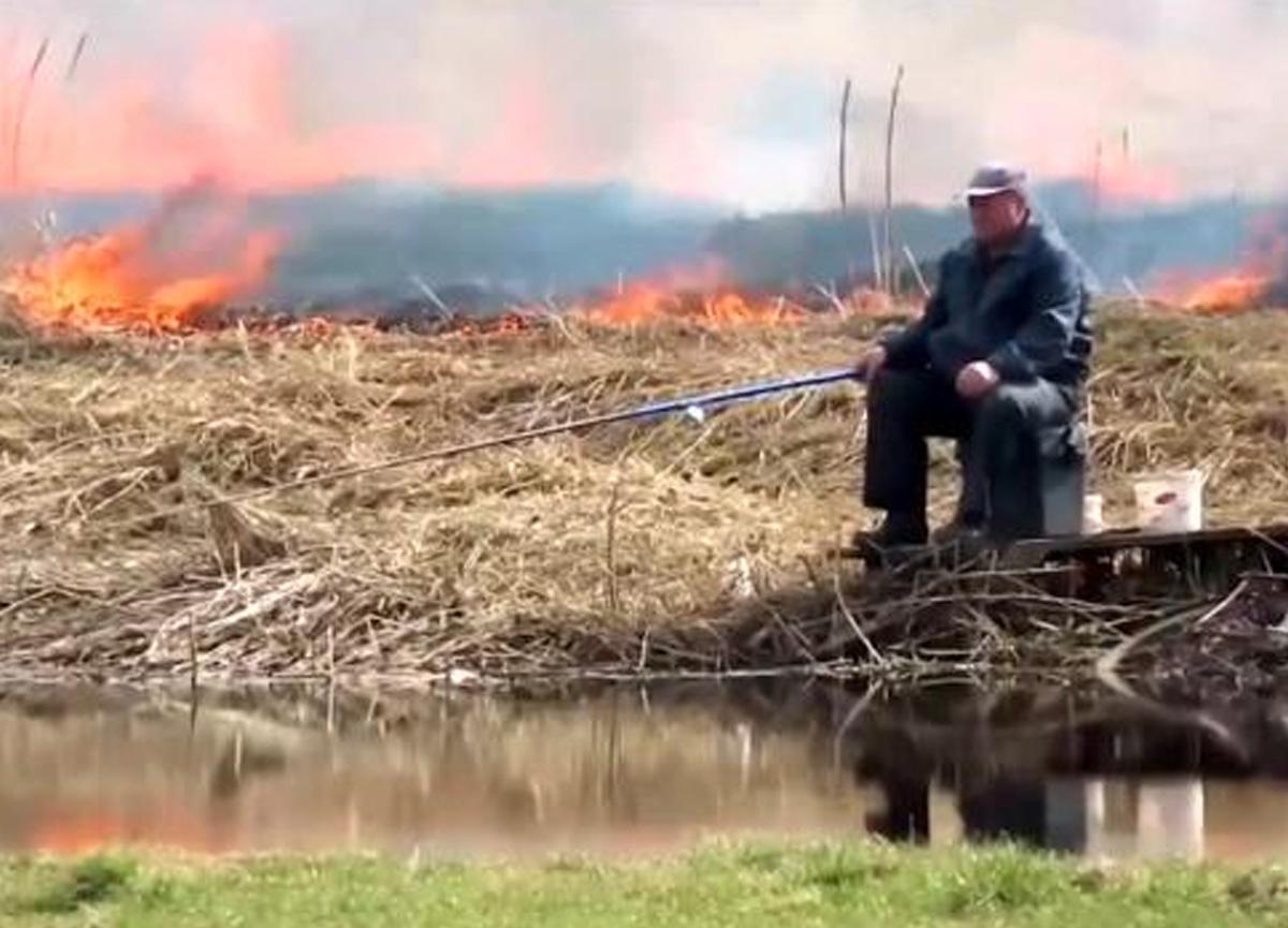 Yok böyle umursamazlık! Yanı başındaki yangına aldırmadı, balık tutmaya devam etti