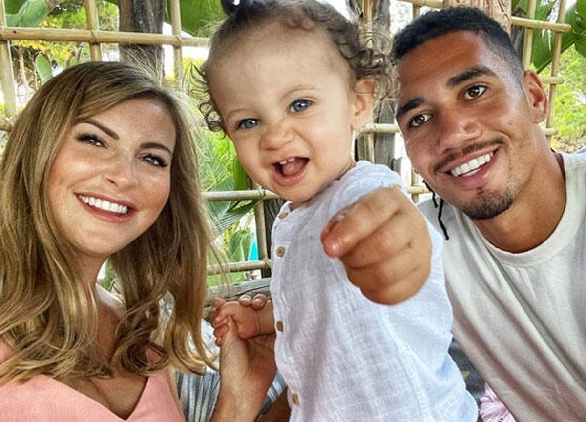 Ünlü futbolcu Chris Smalling'e silahlı hırsız şoku! Eşi ve çocuğu evdeyken girdiler...