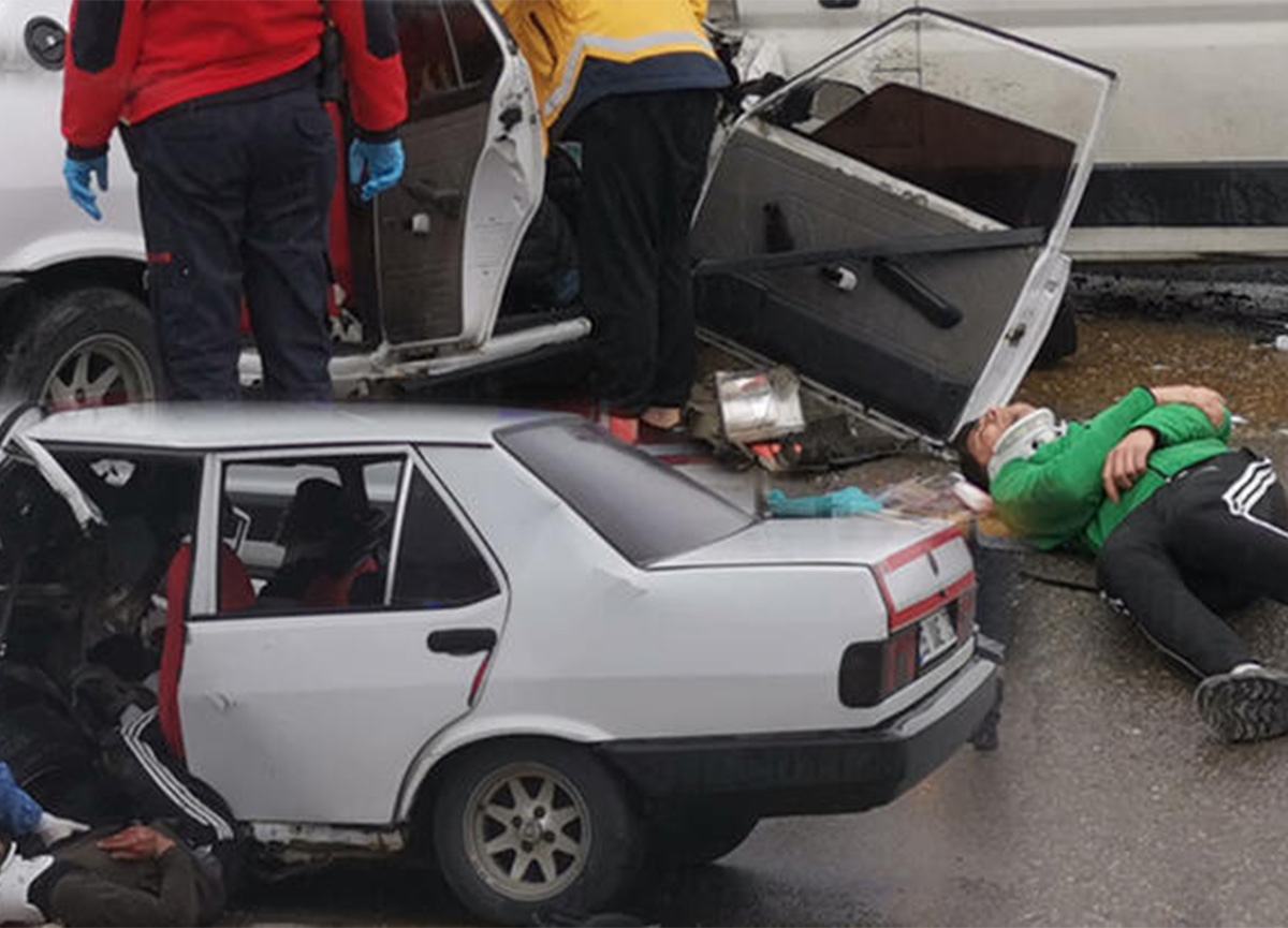 Kocaeli'nde otomobil ile panelvan çarpıştı! 6 kişi yaralandı