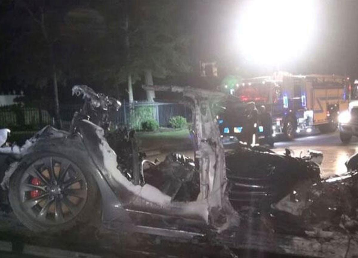Sürücüsüz Tesla aracı kaza yaptı! 2 kişi can verdi