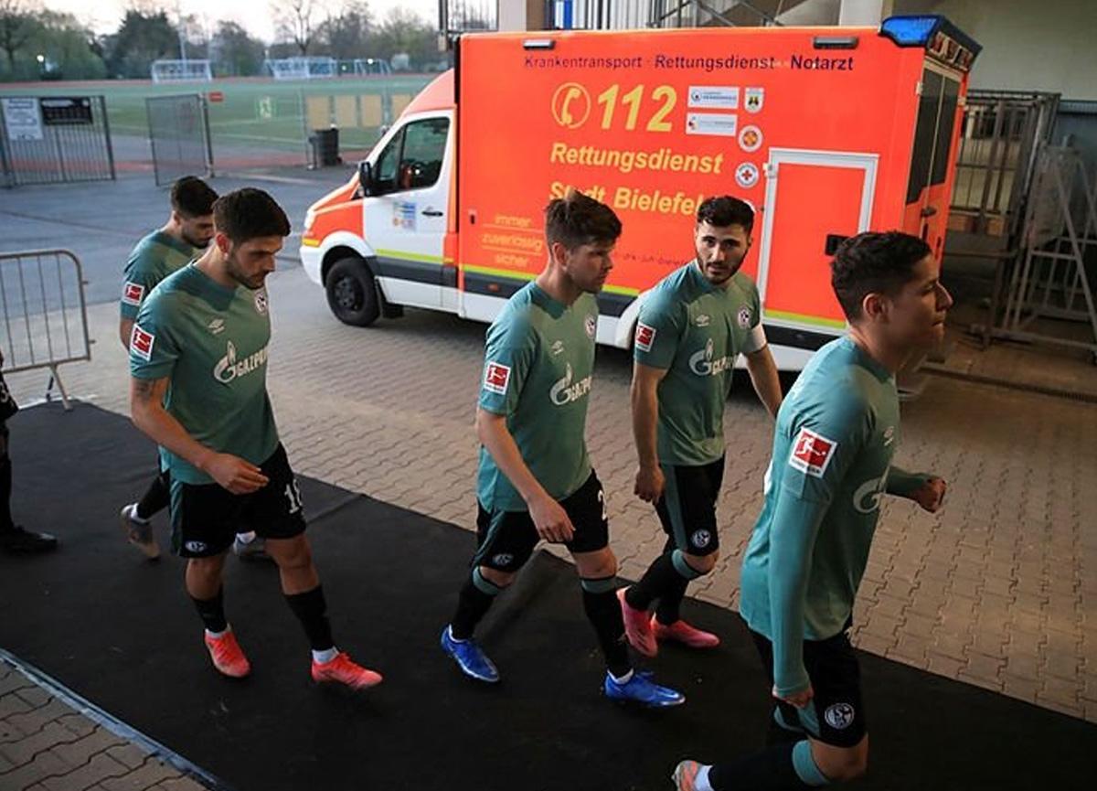 Bundesliga'dan düşen Schalke 04 otobüsüne taraftarlardan saldırı