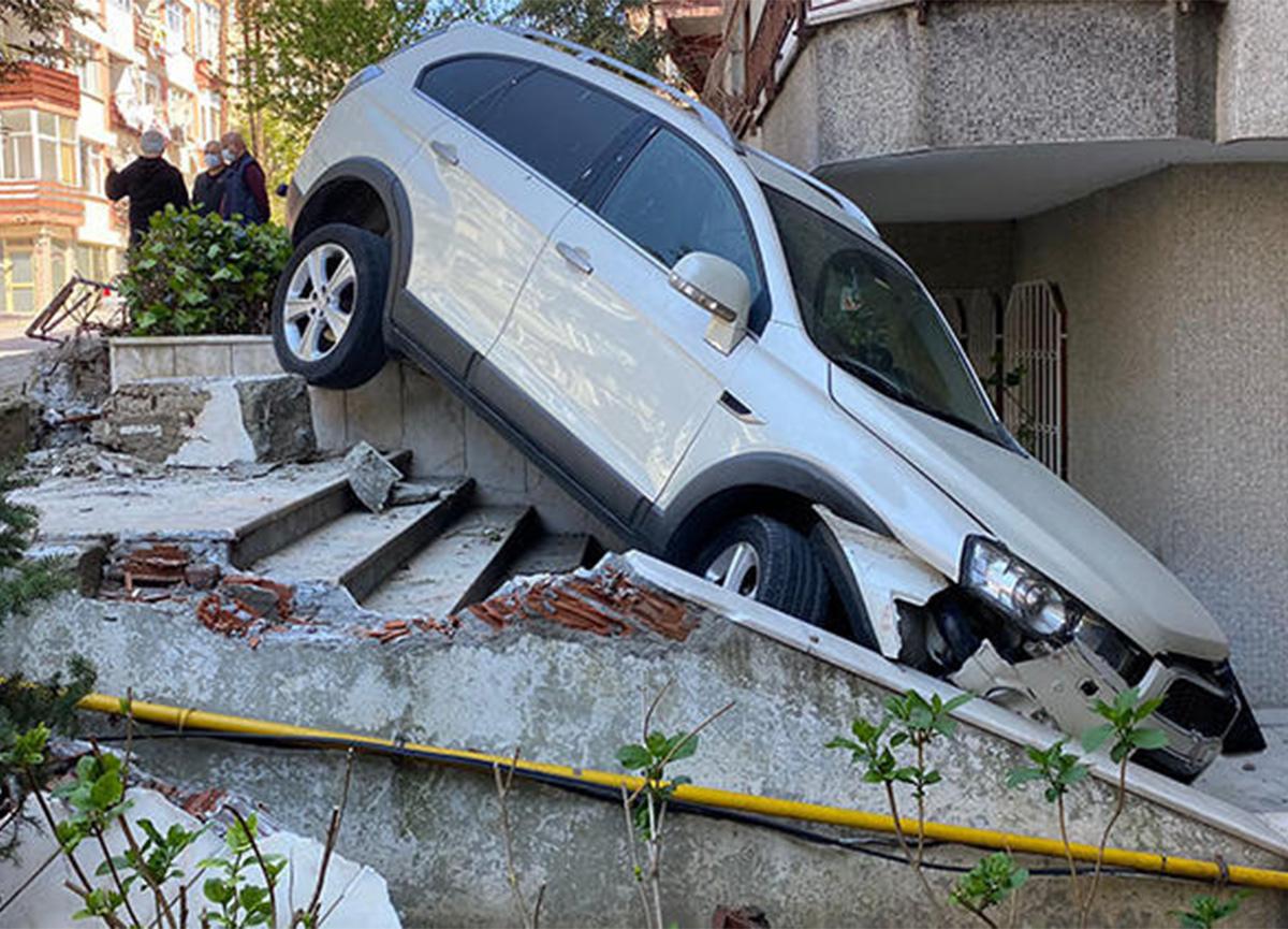 Bakırköy'de şaşırtan manzara! Lüks cip bir binanın bahçesine uçtu!