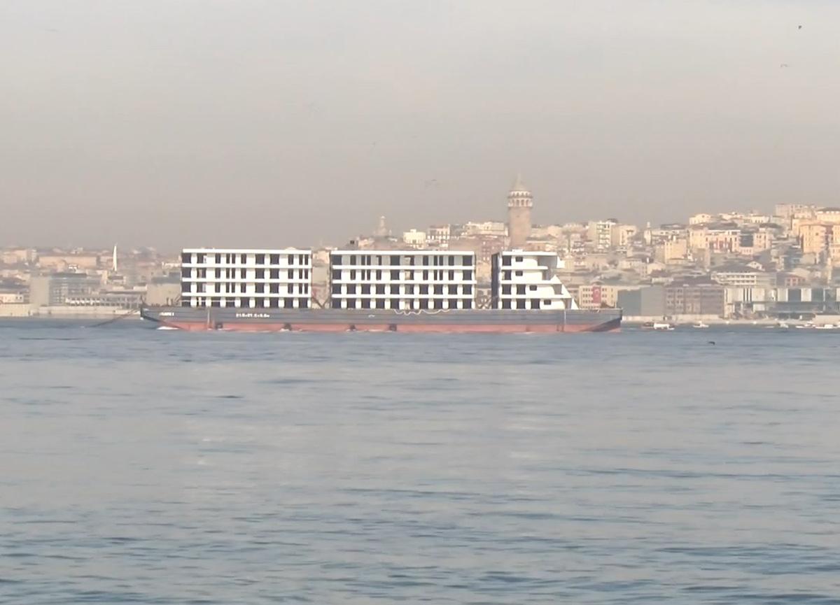 İstanbul Boğazı'ndan 'apartman' geçti! İlginç anlar...