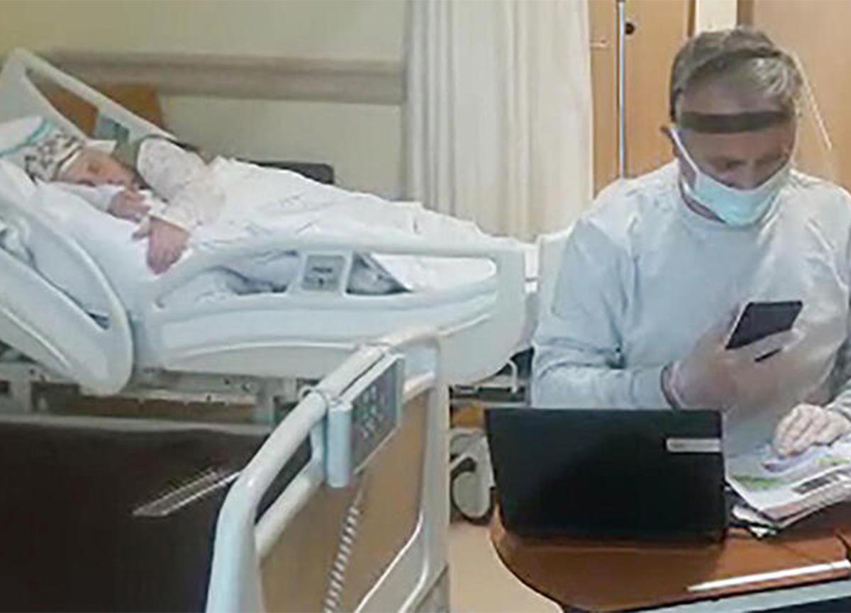 Koronavirüse yakalanan annesinin yanında kalan öğretmen, hastaneden ders anlatıyor