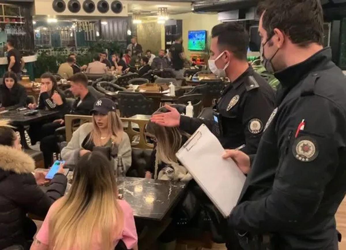 Polis kafeye baskın yaptı! Kafeden kaçan kişilerden pes dedirten paylaşım