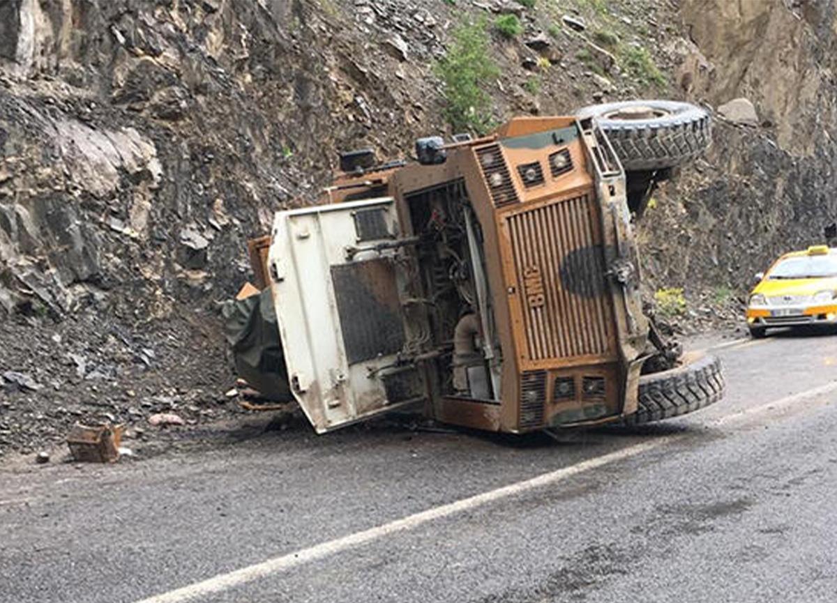 Hakkari-Van yolunda askeri araç devrildi: 3 asker yaralı