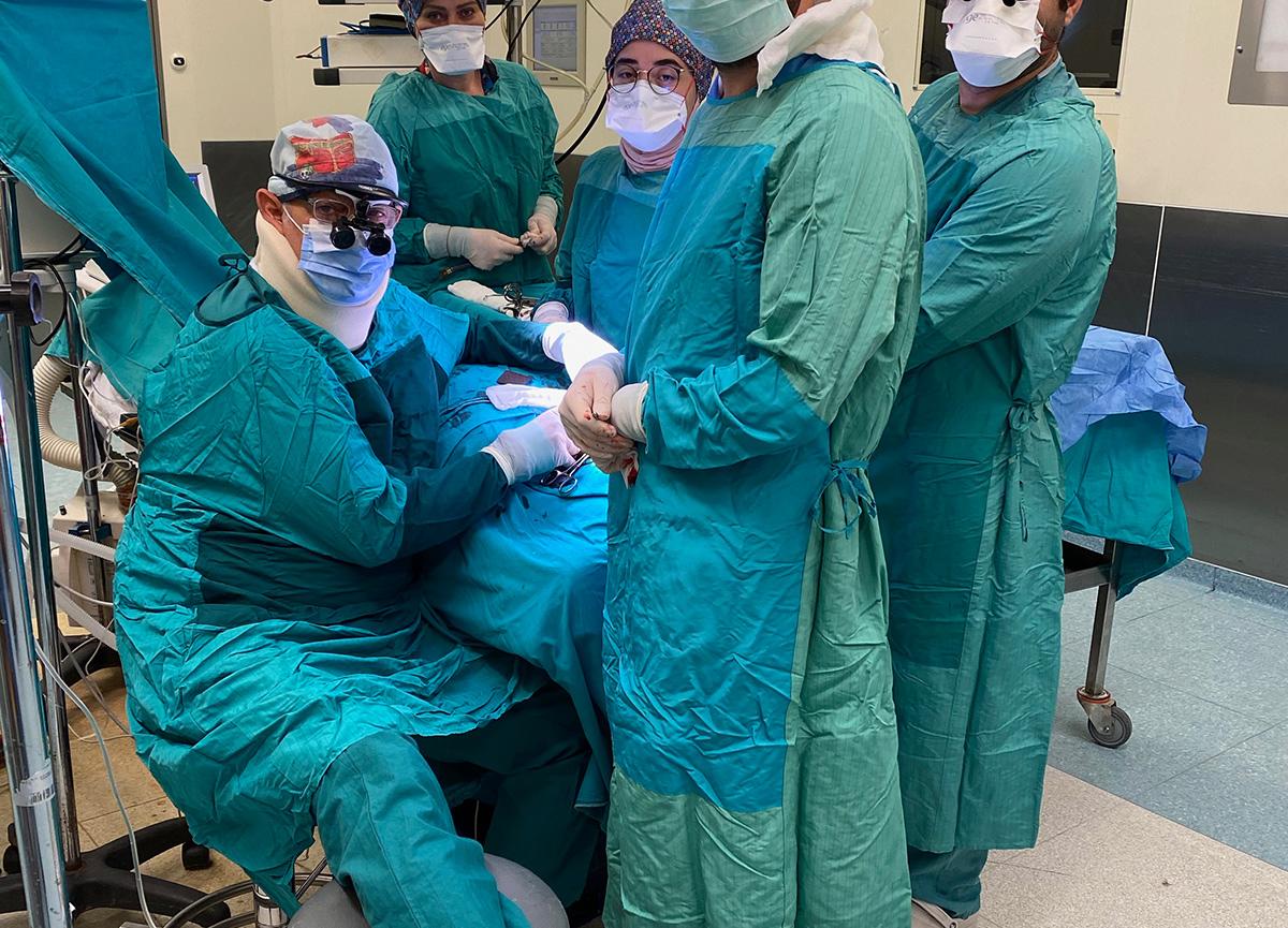 Sosyal medya bu doktoru konuşuyor: Ameliyat sırasında fenalaşınca ayağına serum taktırıp devam etti