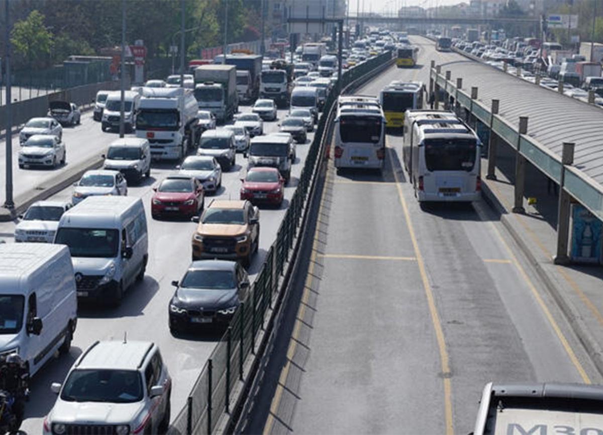 Tam kapanmanın ilk gününde toplu ulaşım ve trafikte yoğunluk!