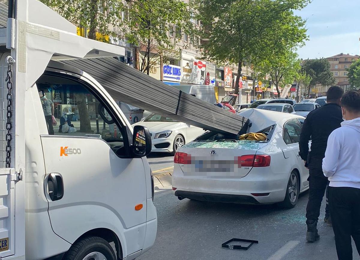 Çekmeköy'de demir çubuklar otomobile saplandı; 3 kişi ölümden döndü