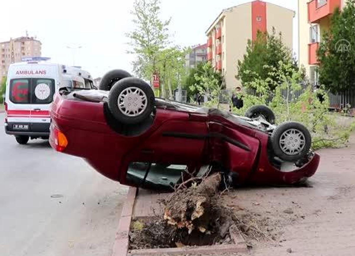 Yol kenarındaki ağaca çarpan araç takla attı