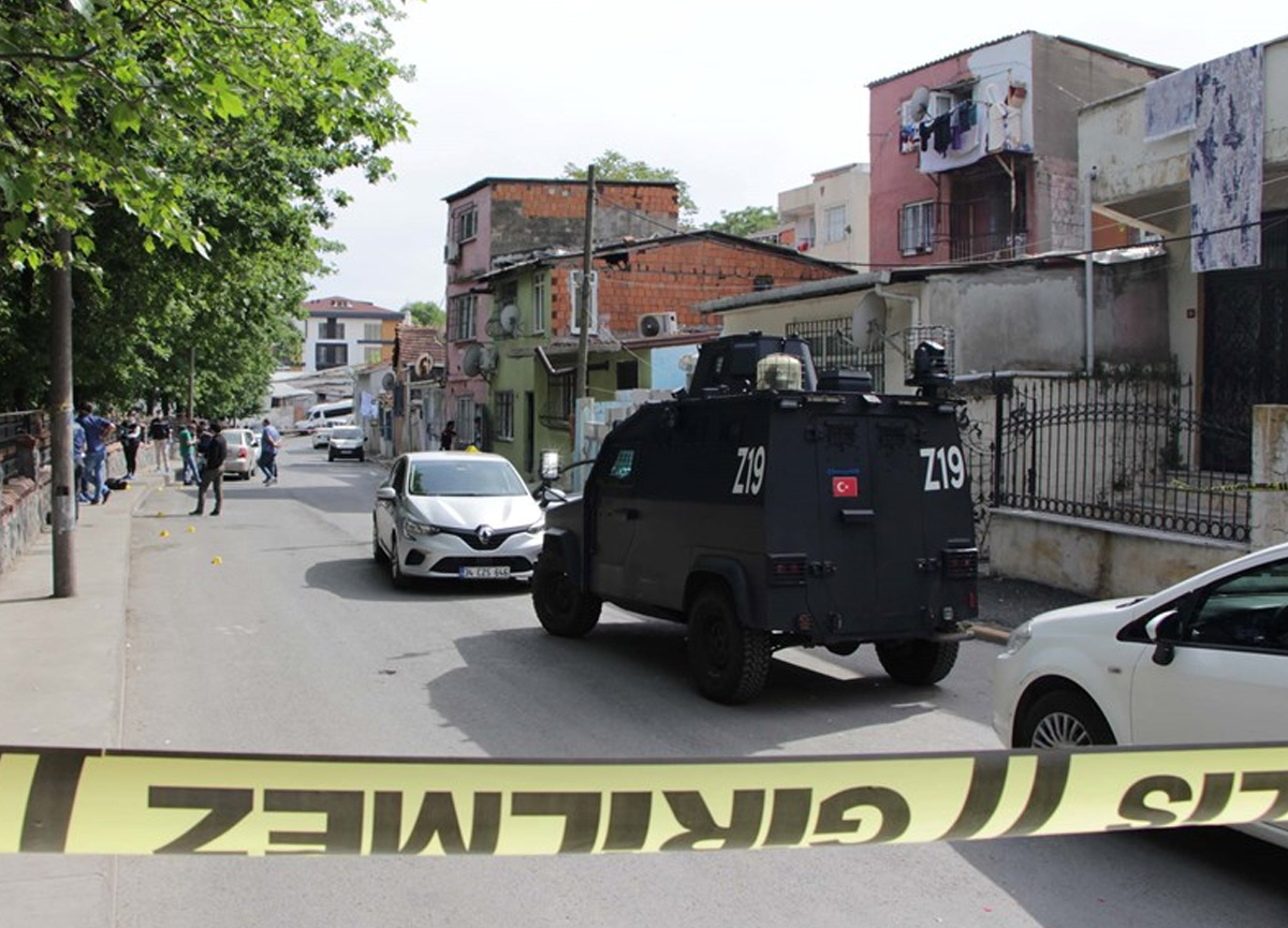 Beyoğlu'nda silahlı kavga: Kendini döven kişiyi sokak ortasında vurdu