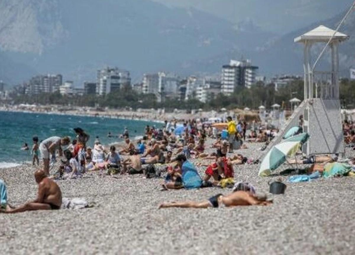 Tam kapanma bitti, Antalyalılar sahile akın etti