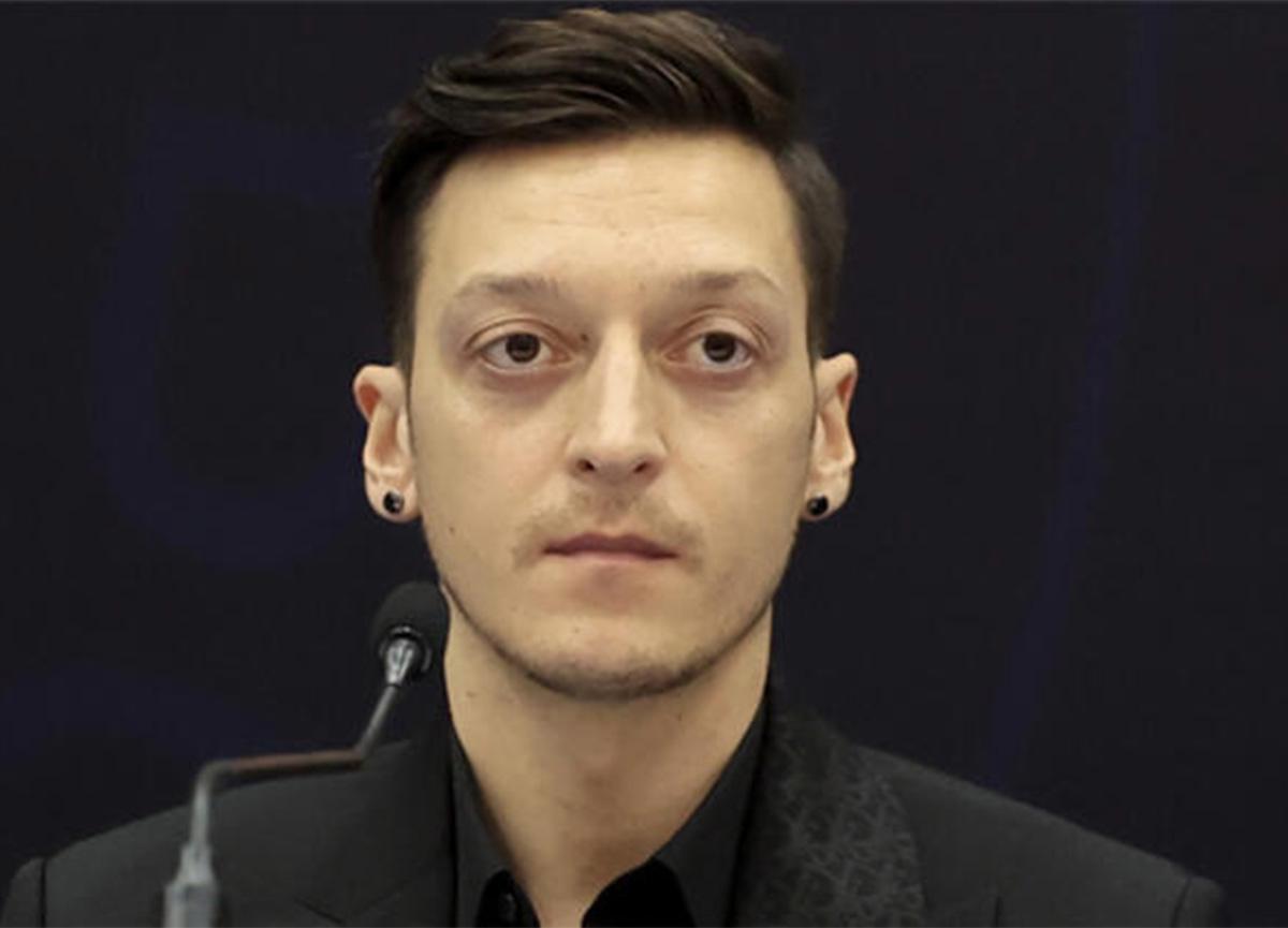 Yıldız futbolcu Mesut Özil, 50 forma imzaladı