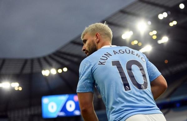 Sergio Agüero Manchester Cityli çalışanlara hediye dağıttı
