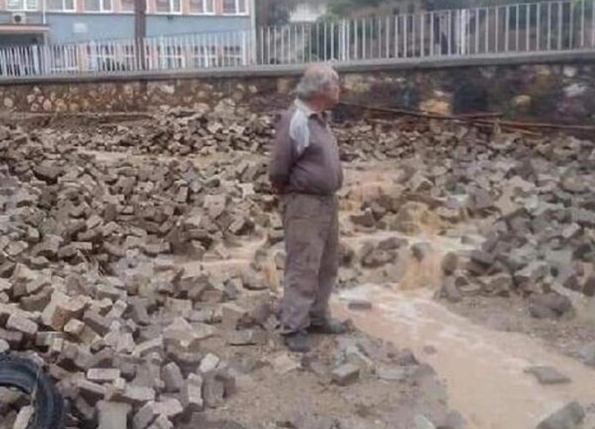 Samsun ve Bursa'da kuvvetli sağanak! Yollar göle döndü, ağaçlar kırıldı, taşlar yerinden söküldü