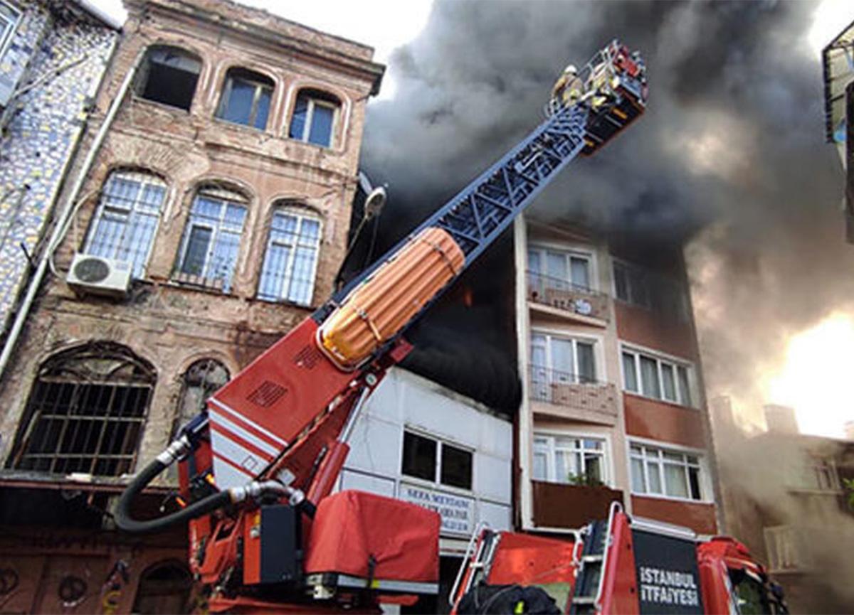 Beyoğlu'nda korkutan yangın! Mahsur kalanlar merdivenle kurtarıldı