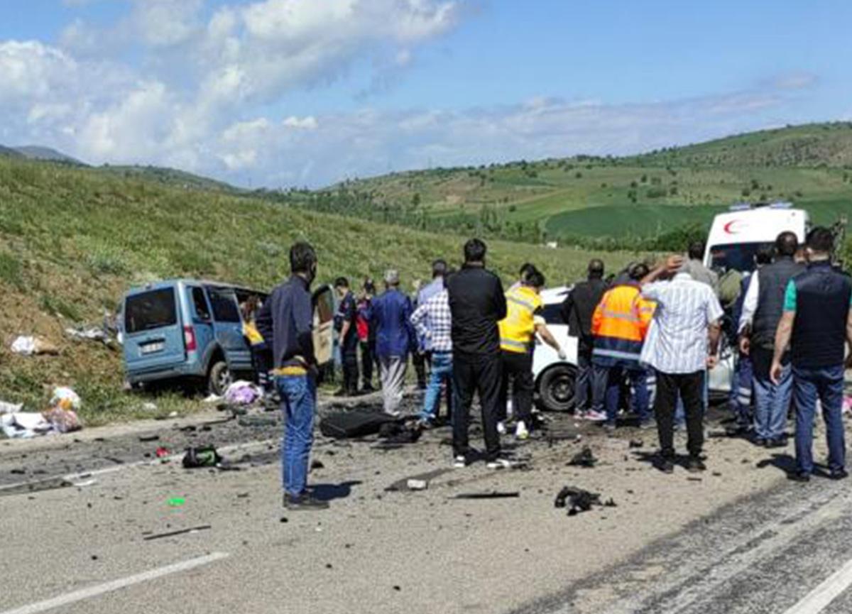 Sivas'ta feci kaza! Kafa kafaya çarpışan iki araçta 9 kişi hayatını kaybetti