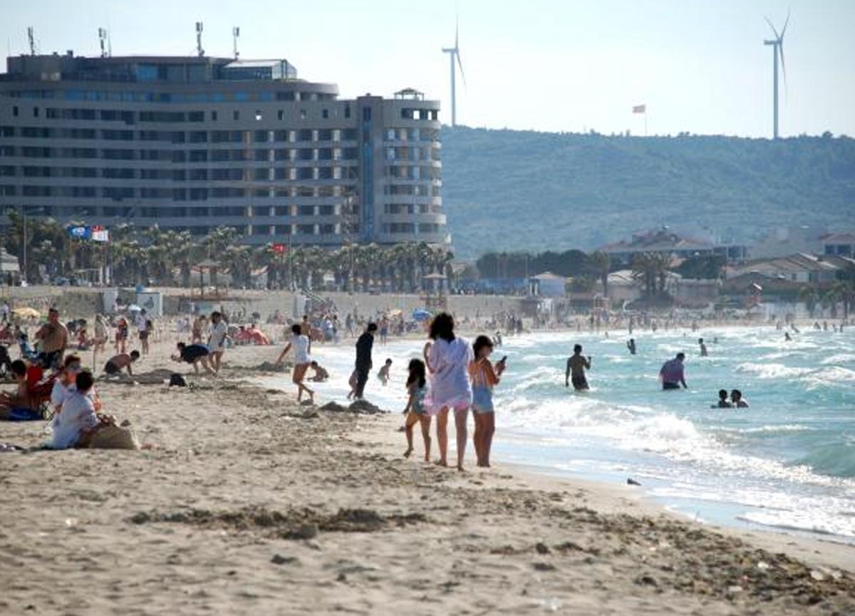 Tatilciler turizm cenneti Çeşme'ye akın etti