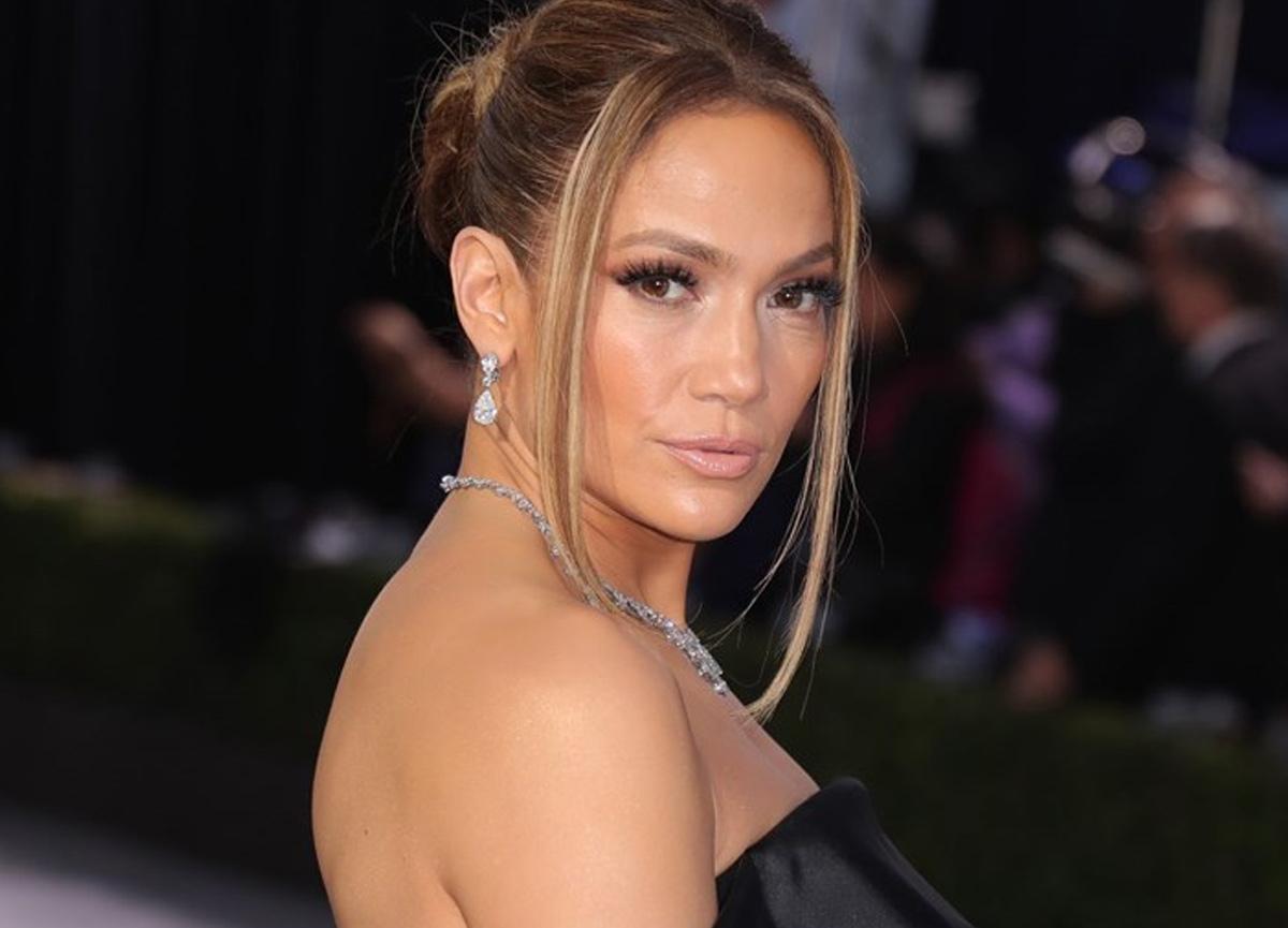 Dünyaca ünlü şarkıcı Jennifer Lopez aşkı için taşınıyor