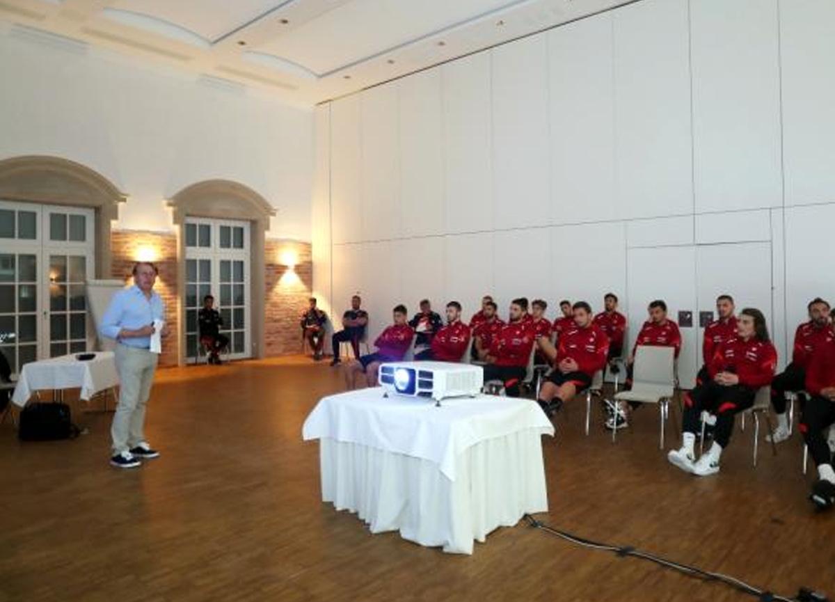 Milli futbolcular değişen oyun kuralları konusunda eğitim aldı