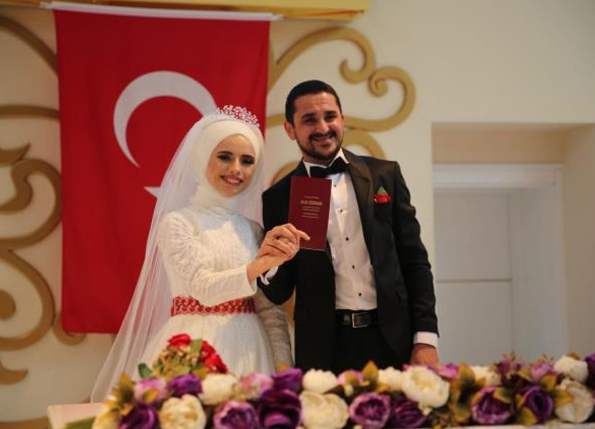 İşitme engelli çift, tercüman aracılığı ile nikah kıydı