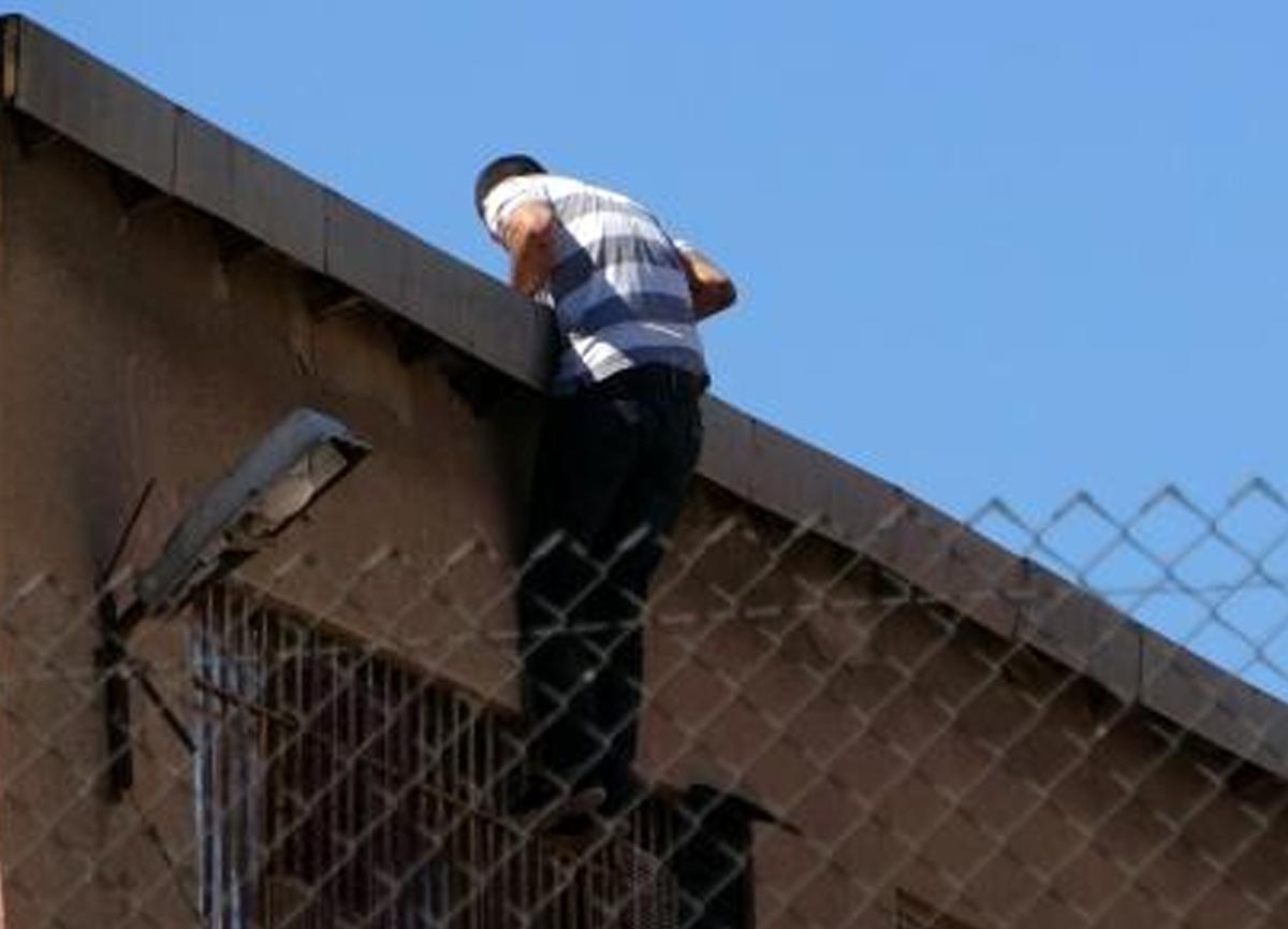 İntihar için çatıya çıkan mahkum, gardiyandan limonata istedi!