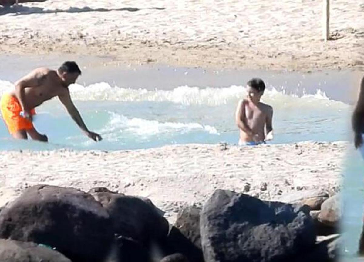 Emre Altuğ, yaz sezonunu oğullarının yanında Çeşme'de açtı