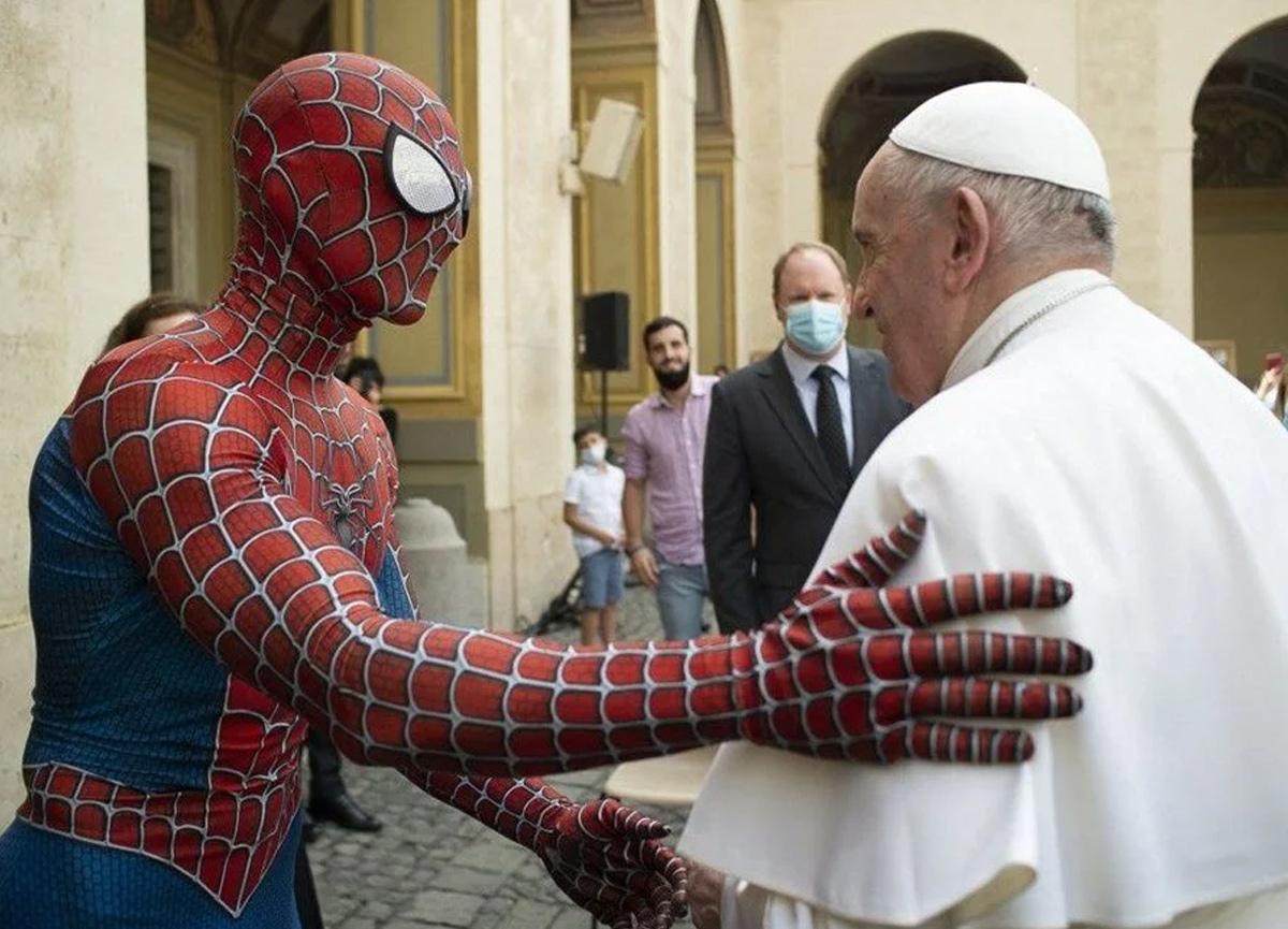 Vatikan'da sıra dışı manzara: Örümcek Adam ile Papa bir araya geldi