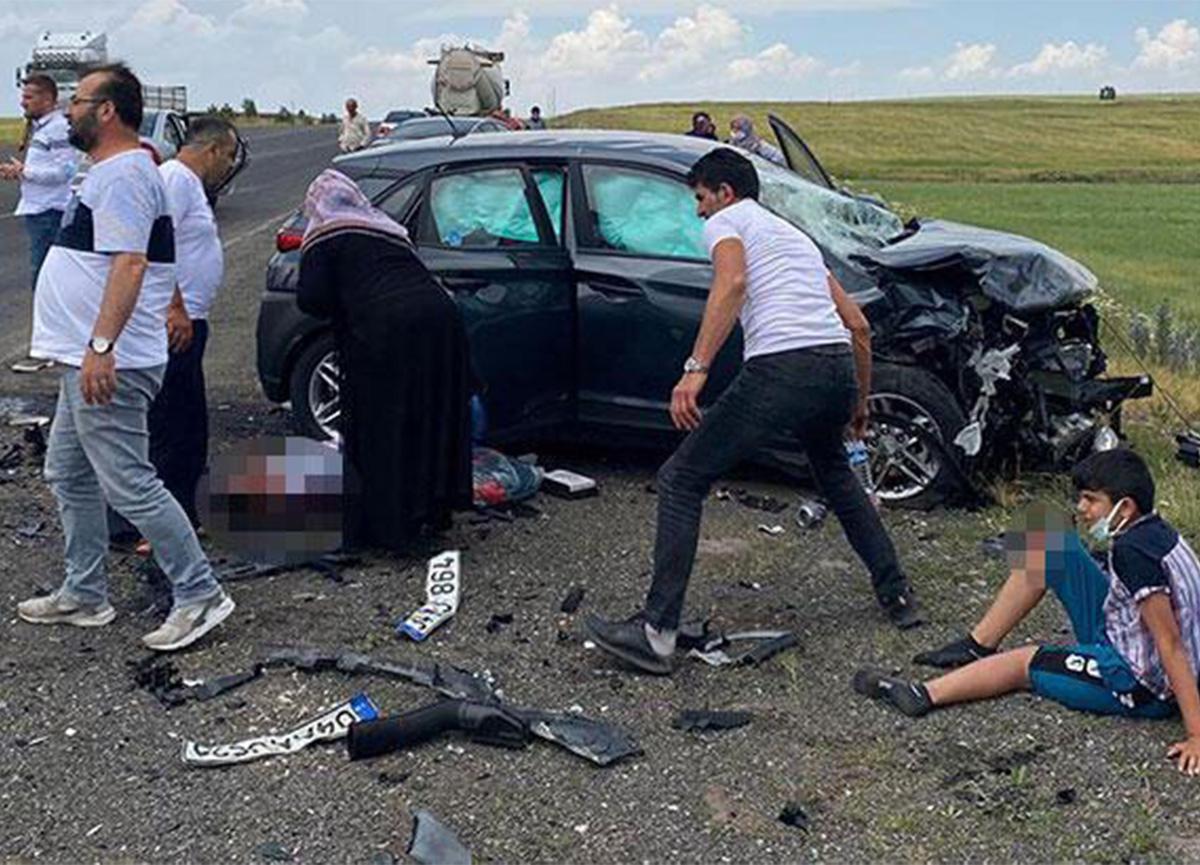 Feci kaza! İki otomobil kafa kafaya çarpıştı