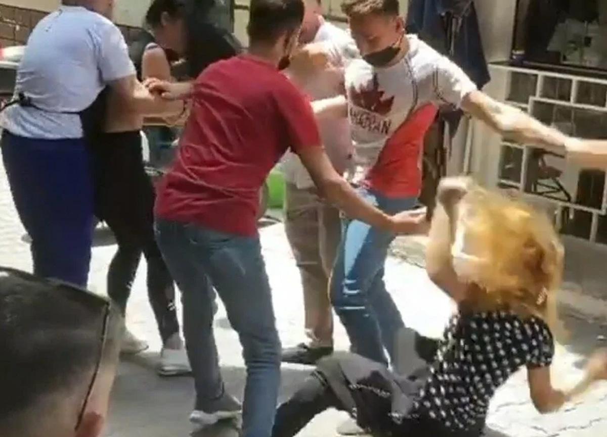 Bursa'da genç kızların kavgasını esnaf ayırdı